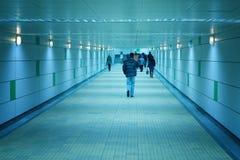 gå för korridorfolkgångtunnel Royaltyfri Foto