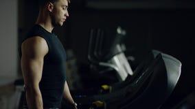 gå för mantreadmill stock video