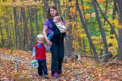 Gå för moder och för unga barn Arkivbild
