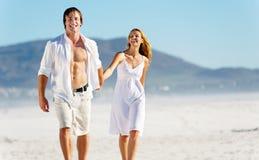 gå för par för strand carefree arkivfoto