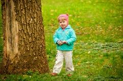 gå för park för höstbarn gulligt Royaltyfri Foto