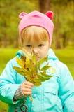 gå för park för höstbarn gulligt Royaltyfria Bilder