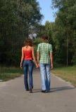 gå för park för par lyckligt Royaltyfria Bilder