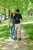 gå för park för par lyckligt Royaltyfria Foton