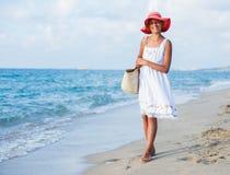 gå för strandflicka Royaltyfria Bilder