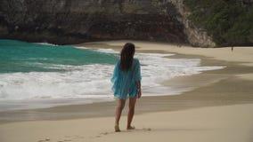 gå för strandflicka bali indonesia arkivfilmer