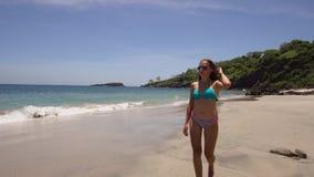 gå för strandflicka bali indonesia stock video