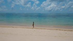 gå för strandflicka bali indonesia lager videofilmer