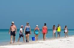 gå för strandfolk Royaltyfria Bilder