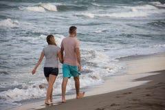 gå för strandpar arkivfoto