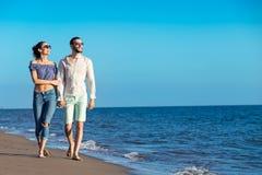 gå för strandpar Unga lyckliga mellan skilda raser par som går på stranden Arkivbild