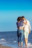 gå för strandpar Unga lyckliga mellan skilda raser par som går på stranden Royaltyfri Foto