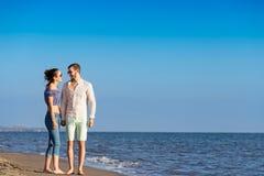 gå för strandpar Unga lyckliga mellan skilda raser par som går på stranden Arkivbilder