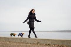 Gå flickor med hundkapplöpning Arkivbild
