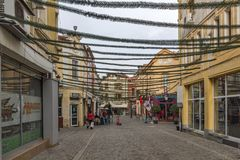 Gå folk och gatan i området Kapana, stad av Plovdiv, Bulgarien Royaltyfria Bilder