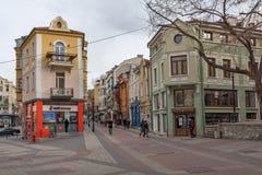 Gå folk och gatan i området Kapana, stad av Plovdiv, Bulgarien royaltyfri foto