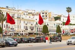 Gå folk och parkerade bilar i Tangier Royaltyfria Foton