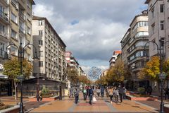 Gå folk på boulevarden Vitosha i stad av Sofia, Bulgarien Royaltyfria Bilder