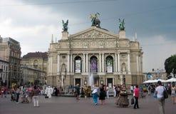 Gå folk på fyrkanten framme av operahuset Arkivfoto