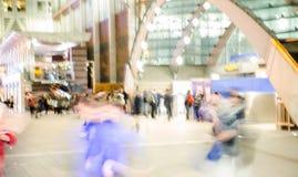 Gå folksuddighet Kontorsfolket som tillbaka går, returnerar efter arbetsdagsi den Canary Wharf arian London Arkivfoton
