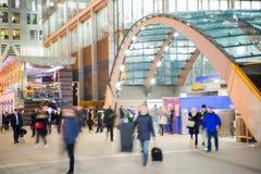 Gå folksuddighet Kontorsfolket som tillbaka går, returnerar efter arbetsdagsi den Canary Wharf arian London Arkivbilder