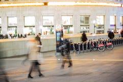 Gå folksuddighet Kontorsfolket som tillbaka går, returnerar efter arbetsdagsi den Canary Wharf arian London Royaltyfri Foto
