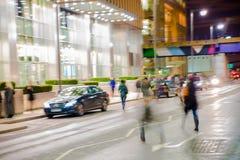 Gå folksuddighet Kontorsfolket som tillbaka går, returnerar efter arbetsdagsi den Canary Wharf arian London Arkivfoto