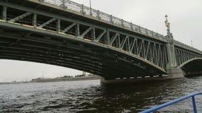 Gå från under Treenighetbron, St Petersburg, Ryssland Stadslandskap, Peter och Paul Fortress, långsam mo arkivfilmer