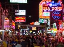 Gå gatagatan i Pattaya på natten Arkivfoto