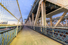 Gå gatan i den Manhattan bron royaltyfri bild