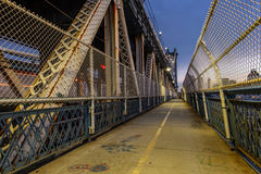 Gå gatan i den Manhattan bron royaltyfria bilder