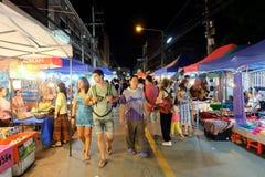 Gå gatan varje lördagkväll i Chiang Mai Arkivfoto