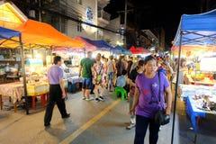 Gå gatan varje lördagkväll i Chiang Mai Royaltyfria Foton