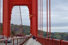 Gå Golden gate bridge royaltyfri bild