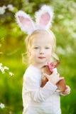 Gå i ax den bärande kaninen för den förtjusande litet barnflickan på påsk Arkivbild