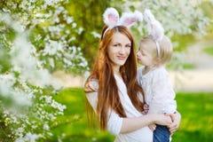 Gå i ax den bärande kaninen för modern och för dottern på påsk Arkivbild