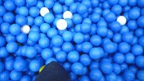 Gå i blå plast- bolllekplats stock video