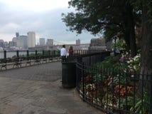 Gå i Brooklyn längs Hudsonen Royaltyfria Foton