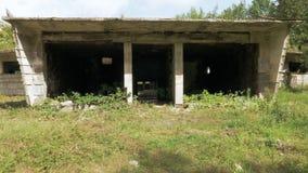 Gå i den övergav byggnaden i Tskaltubo, Georgia stock video