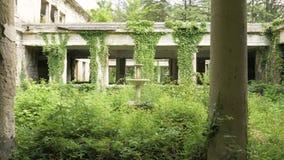 Gå i den övergav byggnaden i Tskaltubo, Georgia arkivfilmer