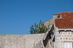 Gå i den Walled staden av Dubrovnic i Kroatien Europa Dubrovnik ge någon ett smeknamn `-pärlan av Adriatiska havet Royaltyfria Foton