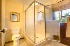 Gå i dusch i det sydliga Kalifornien hemmet med varmt lightling a Royaltyfria Foton