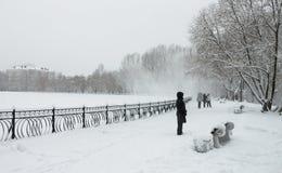 Gå i en snöig dag Arkivbilder