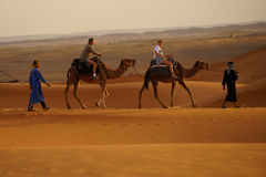 Gå i ERGöknen i Marocko Royaltyfri Fotografi