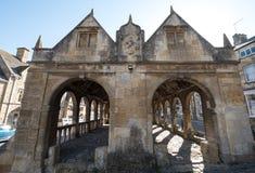 Gå i flisor Campden, Gloucestershire, UK Yttersida av saluhallen, historiskt välvt byggnadsanseende i mitten av staden royaltyfria foton