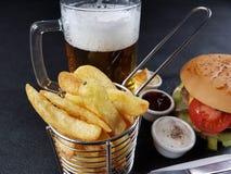 Gå i flisor läckert smakligt sunt äta för ölsåshamburgare Royaltyfri Foto