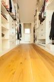 Gå-i garderoben i modernt hus Arkivbild
