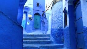 Gå i gatan i gamla blått medina av den Chefchaouen staden, Marocko arkivfilmer