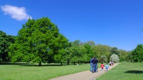 Gå i Green Park, London arkivfoton