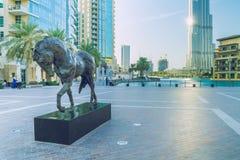 Gå i hjärtan av Dubai Vi kan se gatan, byggnader och arkivfoto